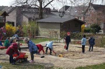 Engagement für den Niederrhein: Die Teunesen Sand und Kies GmbH spendet mehrmals jährlich Sand an Kindergärten und Grundschulen.